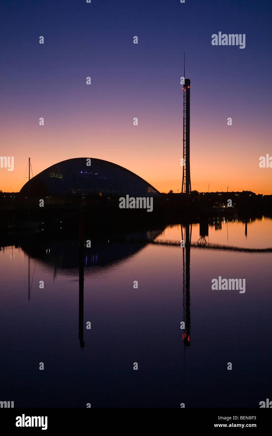 Le Glasgow Science Centre et Tour au coucher du soleil. Banque D'Images