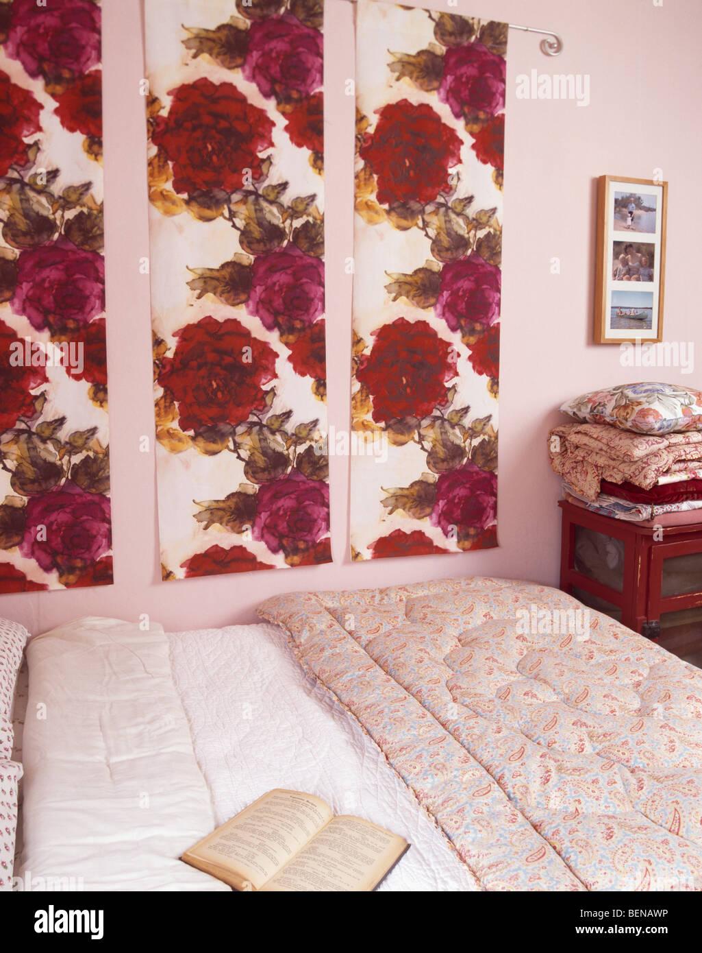 petite chambre rose rouge avec panneaux de tissu motifs de roses sur le mur au dessus de lit. Black Bedroom Furniture Sets. Home Design Ideas