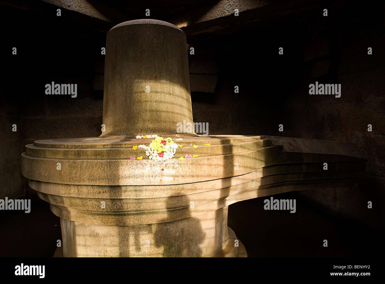 Badavi linga (3 m de hauteur) est le plus grand Linga monolithique logés dans un boîtier avec une ouverture à l'avant Hampi Banque D'Images