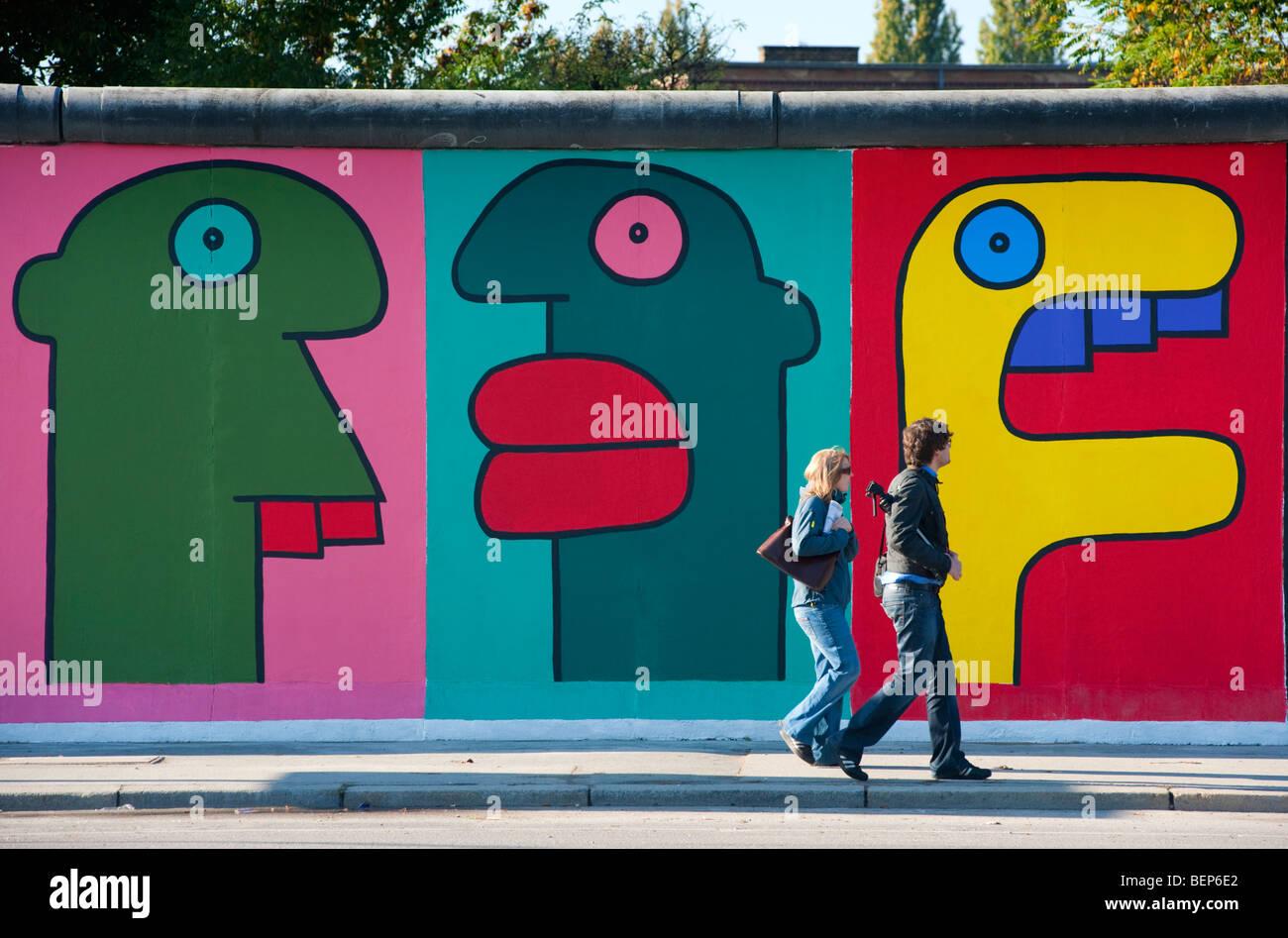 Peintures murales sur le mur de Berlin à l'East Side Gallery à Friedrichshain Berlin Allemagne Photo Stock