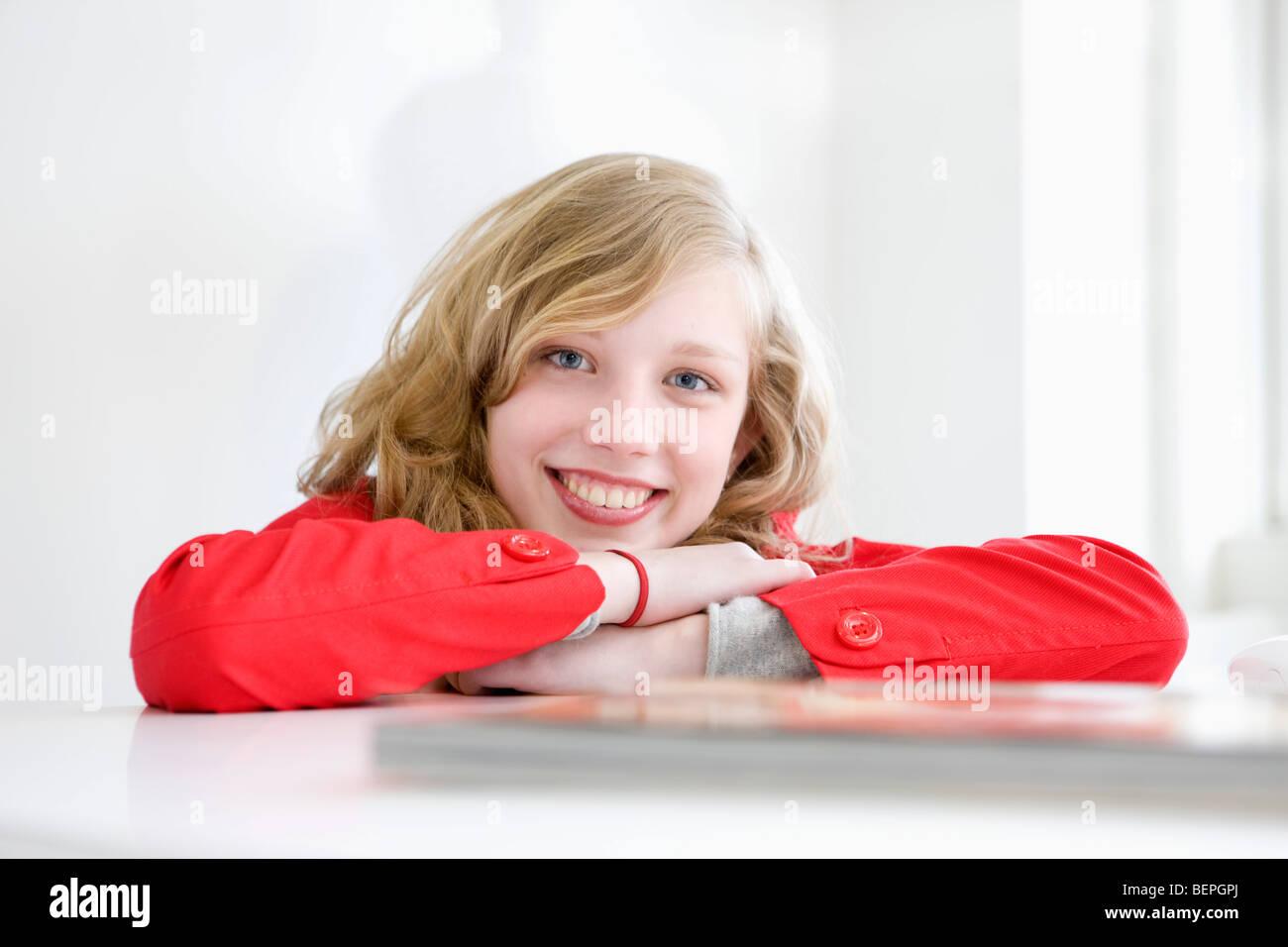 Portrait d'une jeune femme souriante Photo Stock