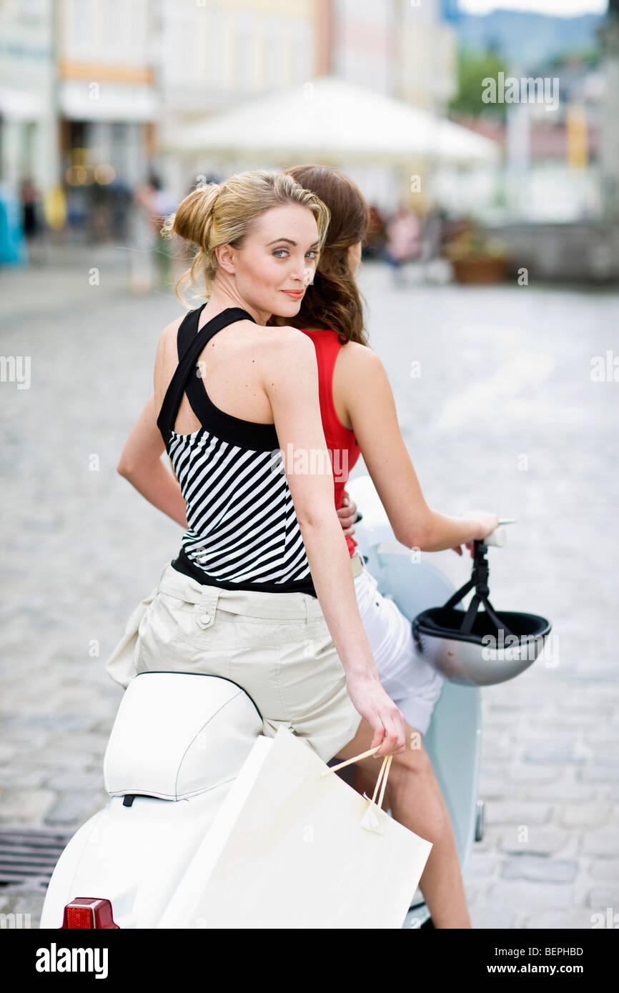 Des amies sur un scooter Photo Stock