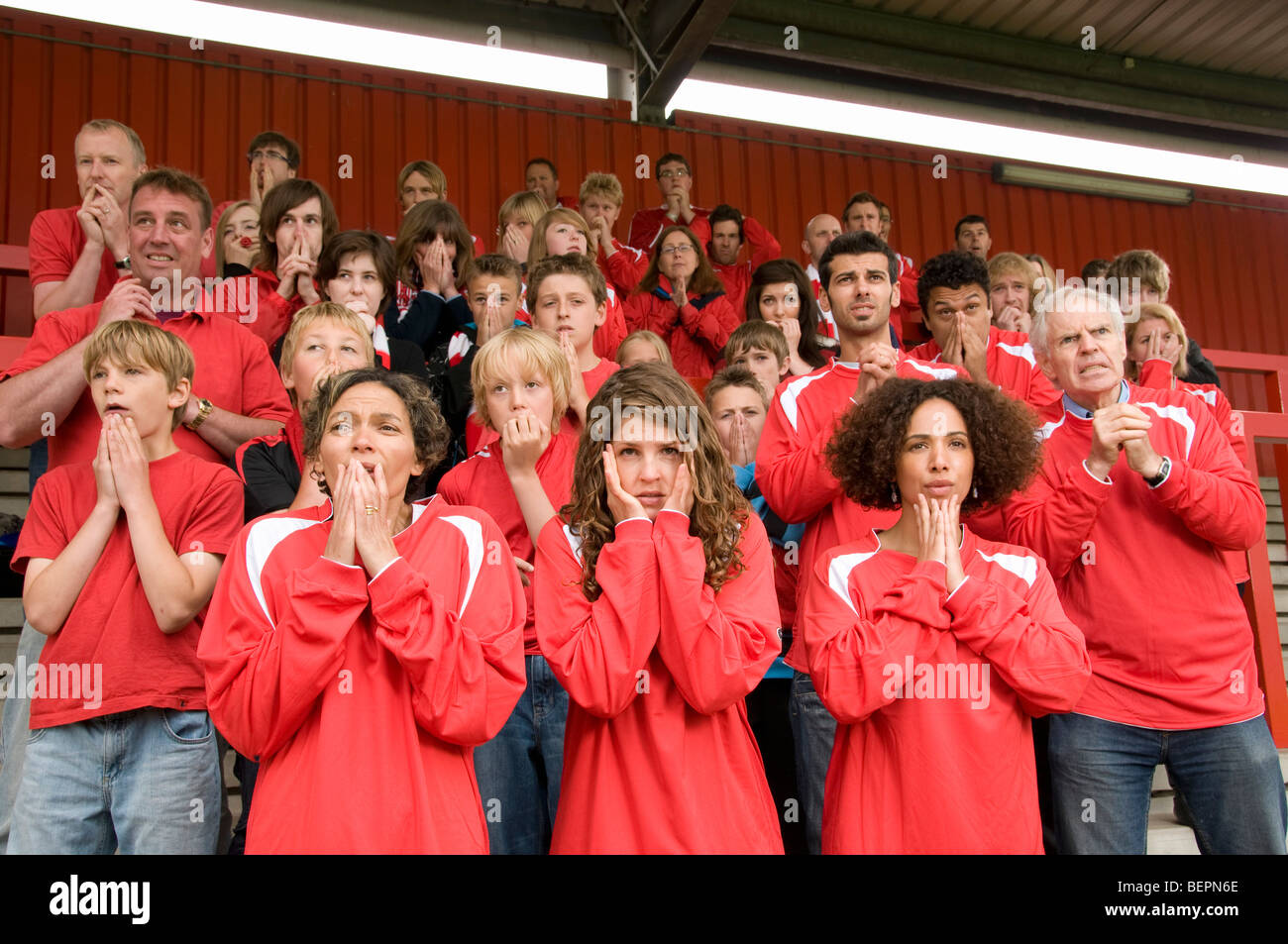 Groupe de supporters de football nerveux Photo Stock