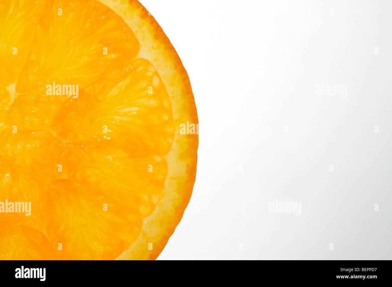 Studio shot of tranche d'orange avec un fond blanc rétroéclairé Photo Stock