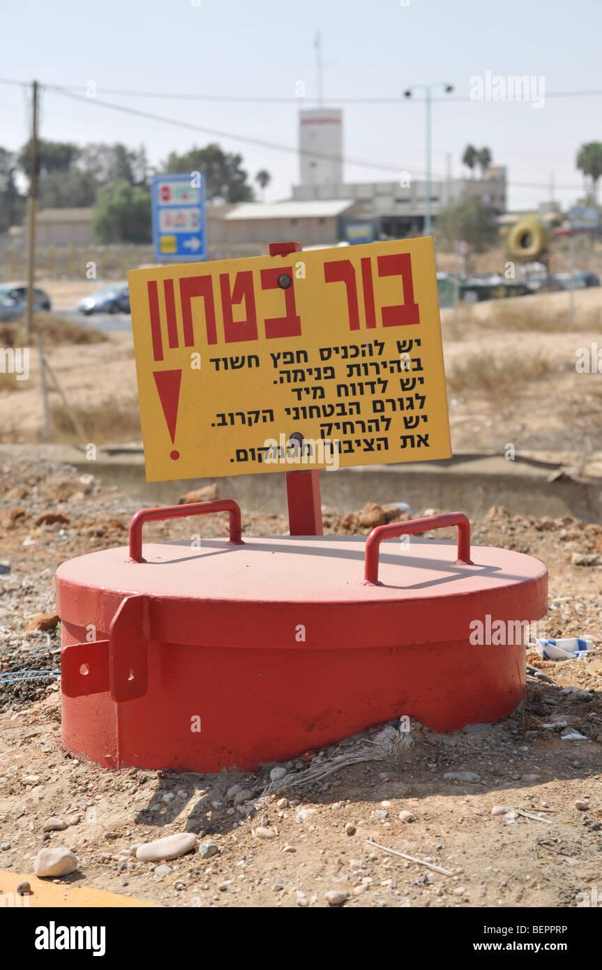 Trou de sécurité, Israël. Sacs et colis suspecté comme bombes sont placés dans ces trous Photo Stock