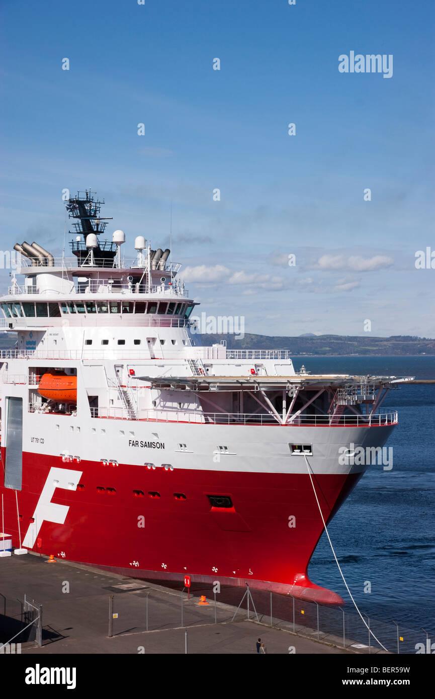 Ocean Terminal harbour Leith Edinburgh Scotland derrick le navire de soutien loin Samson lancer la mise en service Photo Stock