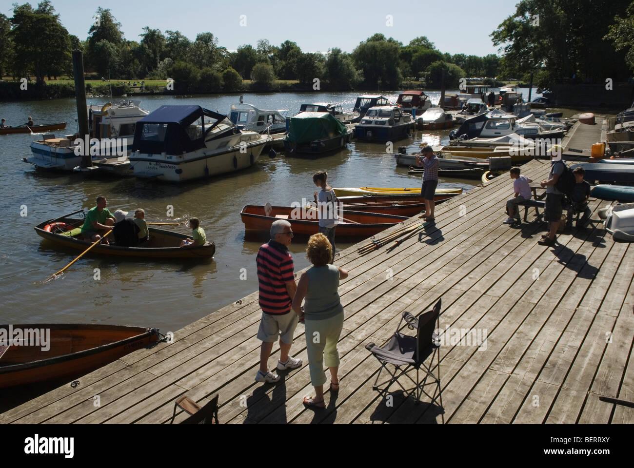 Tamise ponton privé pour les bateaux de plaisance et bateaux à louer Surrey Twichenham HOMER SYKES Photo Stock