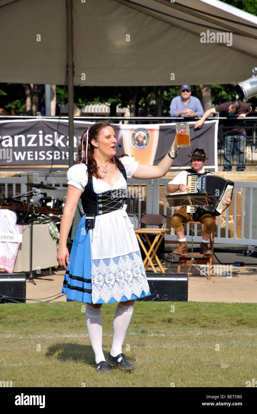 b15512b638465 Fille avec de la bière en costume traditionnel allemand à l Oktoberfest