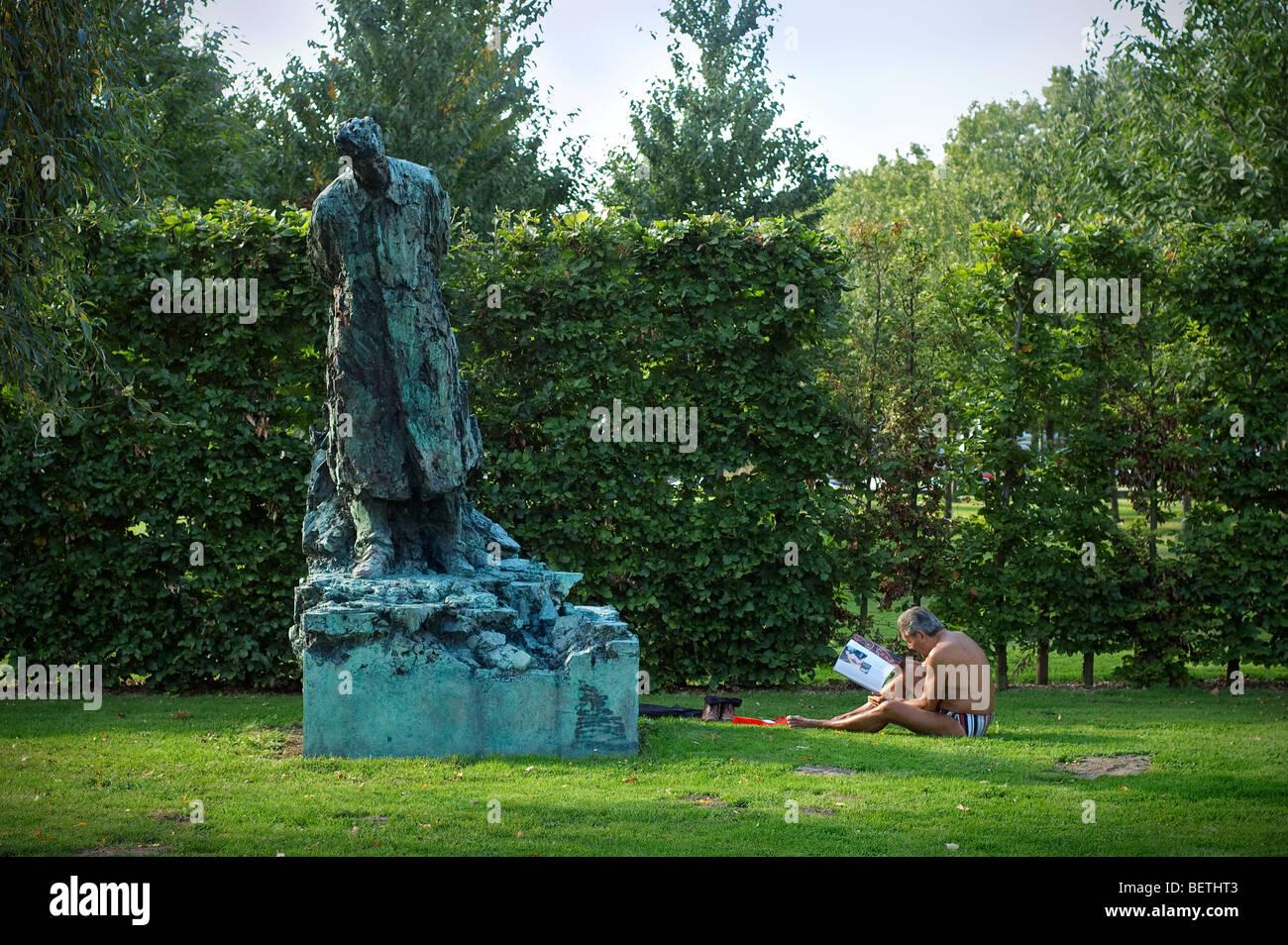 Sculpture en bronze de Belgique   39 s King Baudouin et l homme au soleil  dans le parc, Anvers, Belgique e45c38de9e36