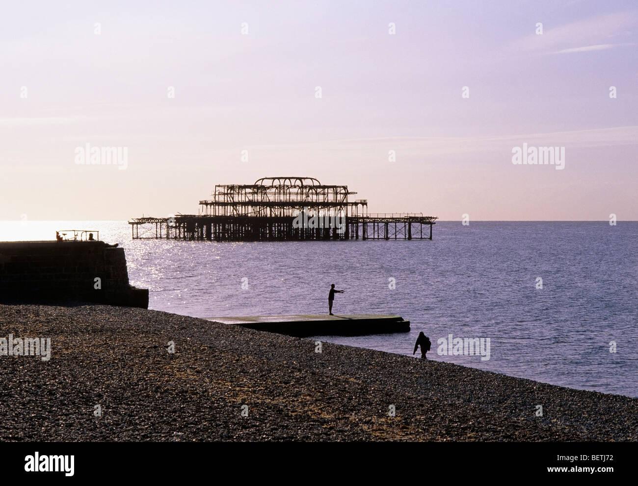 Matin d'automne de l'autre côté de la plage de galets à Brighton avec le Burnt Out West Pier Photo Stock