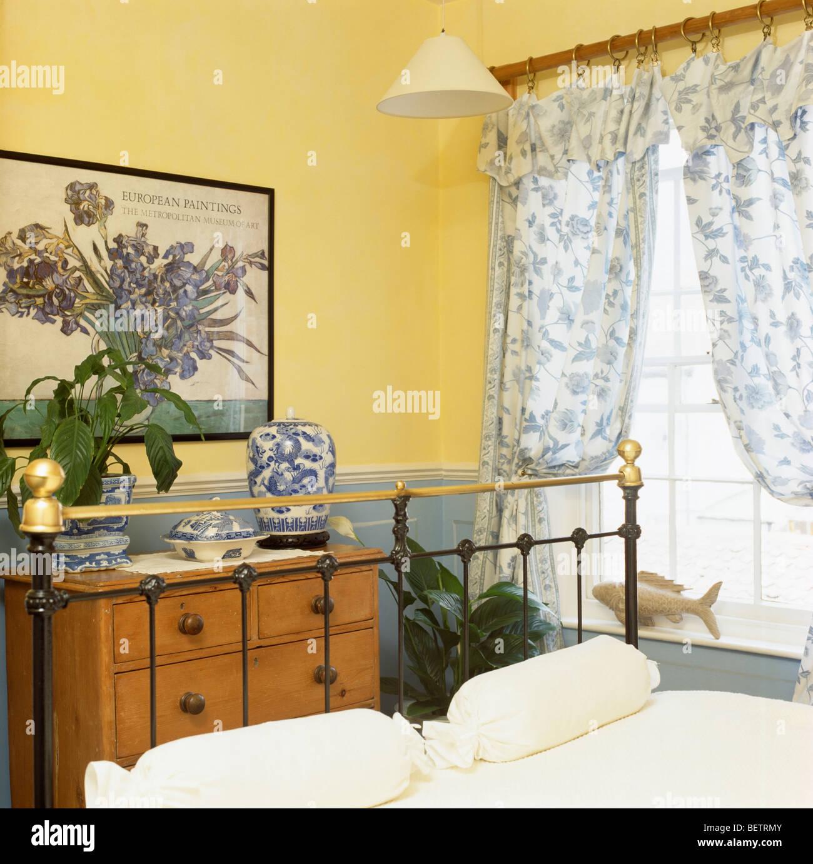 Lit en laiton et poitrine de pin-de-tiroirs dans la chambre jaune ...