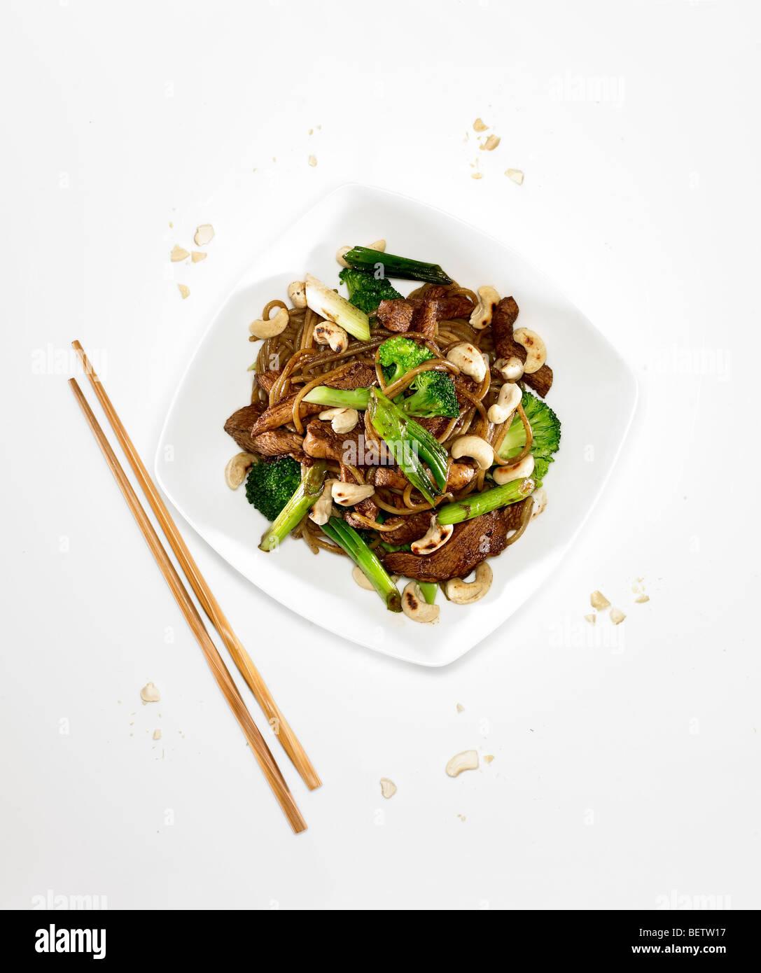 Sauté de poulet mariné, de cajou dans la pâte de tamarin, la sauce de soja, l'ail et le citron. Photo Stock