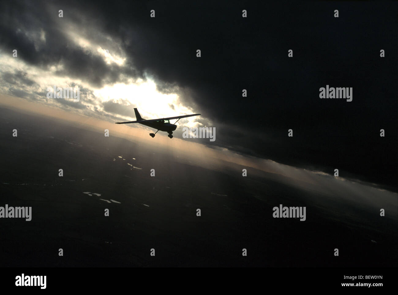 Vol d'avion de la lumière à travers les nuages Photo Stock