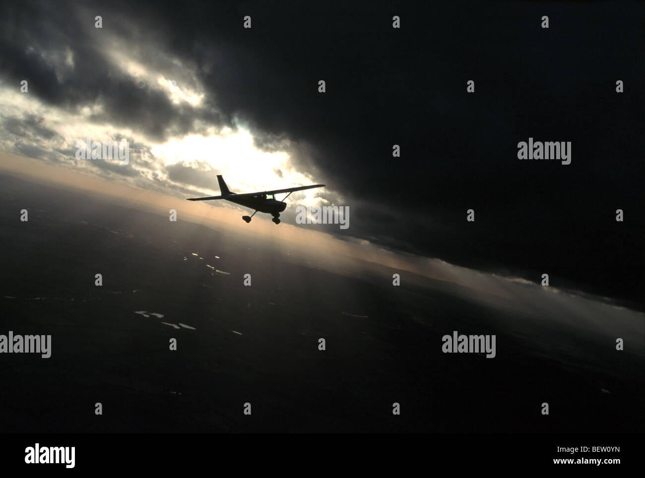 Vol d'avion de la lumière à travers les nuages Photo Stock
