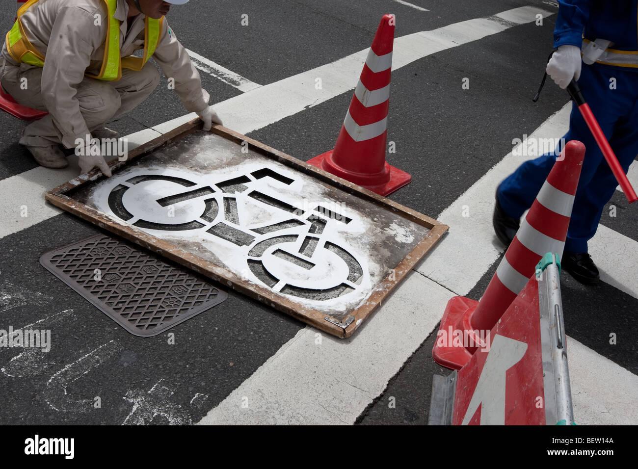 Voie cyclable peinture marquage routier à Tokyo, Japon, le mardi 27 juillet 2009. Photo Stock