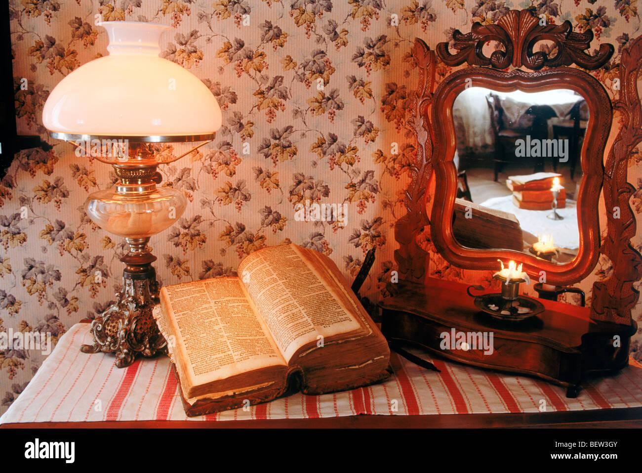 Bureau en bois ancien avec bible lampe et miroir de ce vieux et
