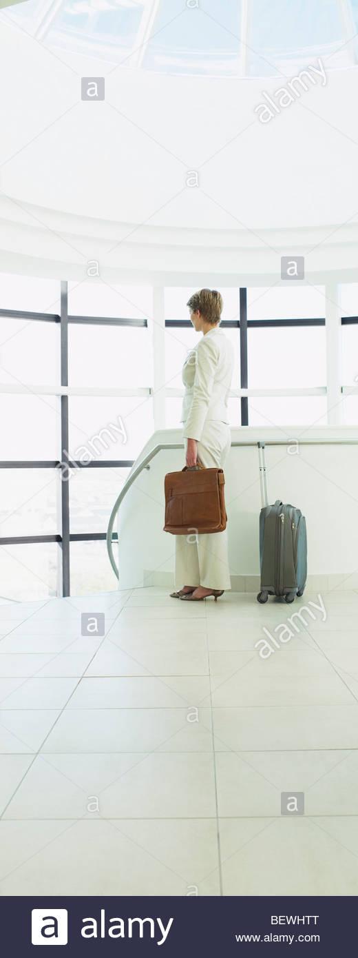 Businesswoman waiting pour aller en voyage d'affaires Photo Stock
