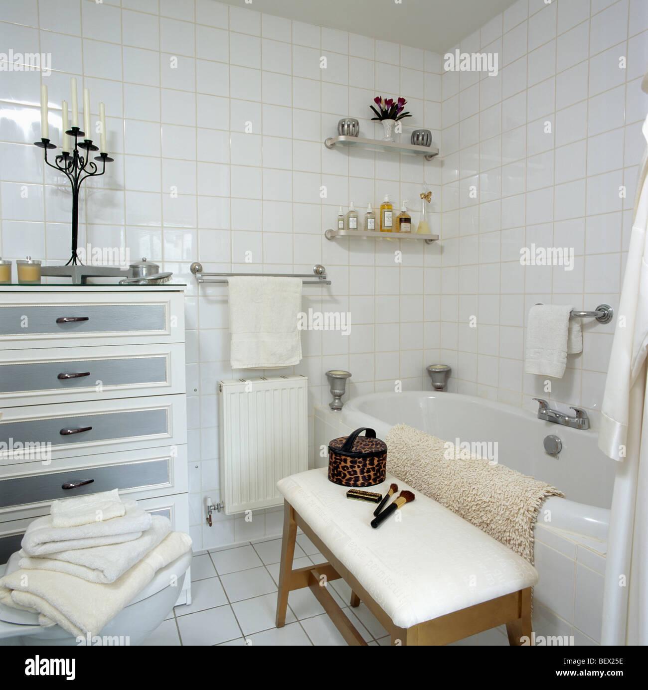 Salle de bains avec carrelage blanc petite poitrine-de ...