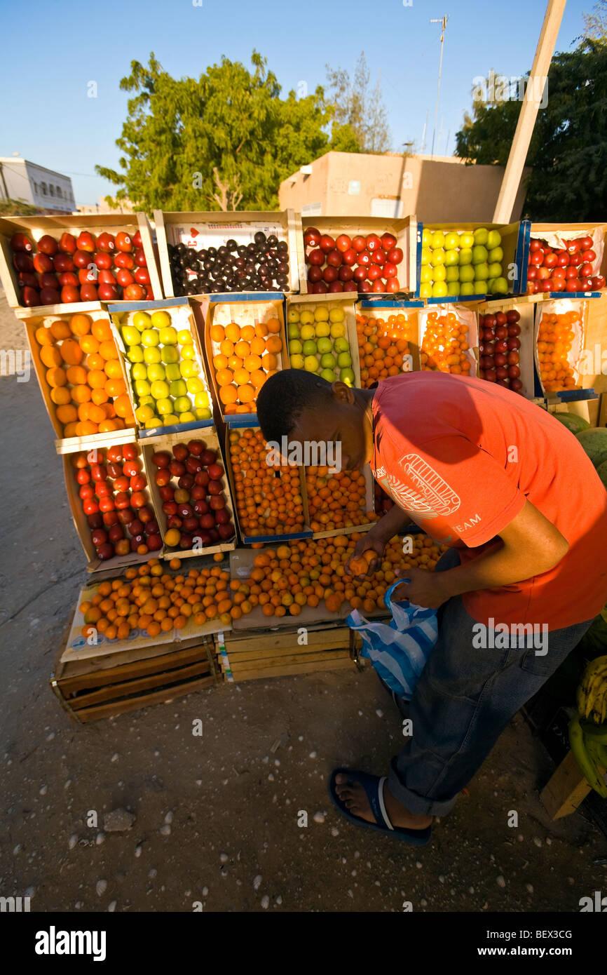 La Mauritanie, Nouakchott, vendeur de fruits. Photo Stock
