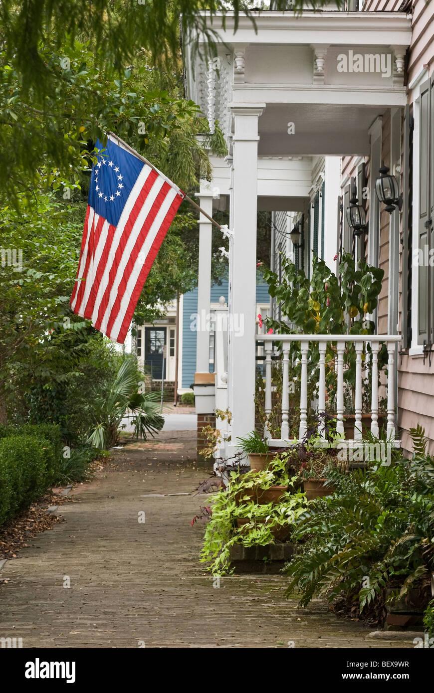 Le Porche De La Maison drapeau américain sur le porche de la maison, savannah, georgia, usa