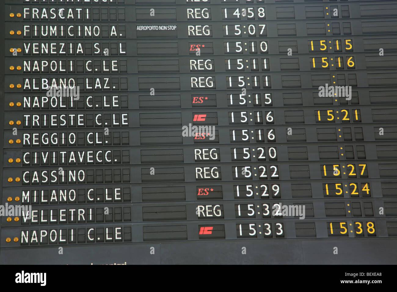 Heures de départ au Conseil indiquant Stazione Termini à Rome Photo Stock