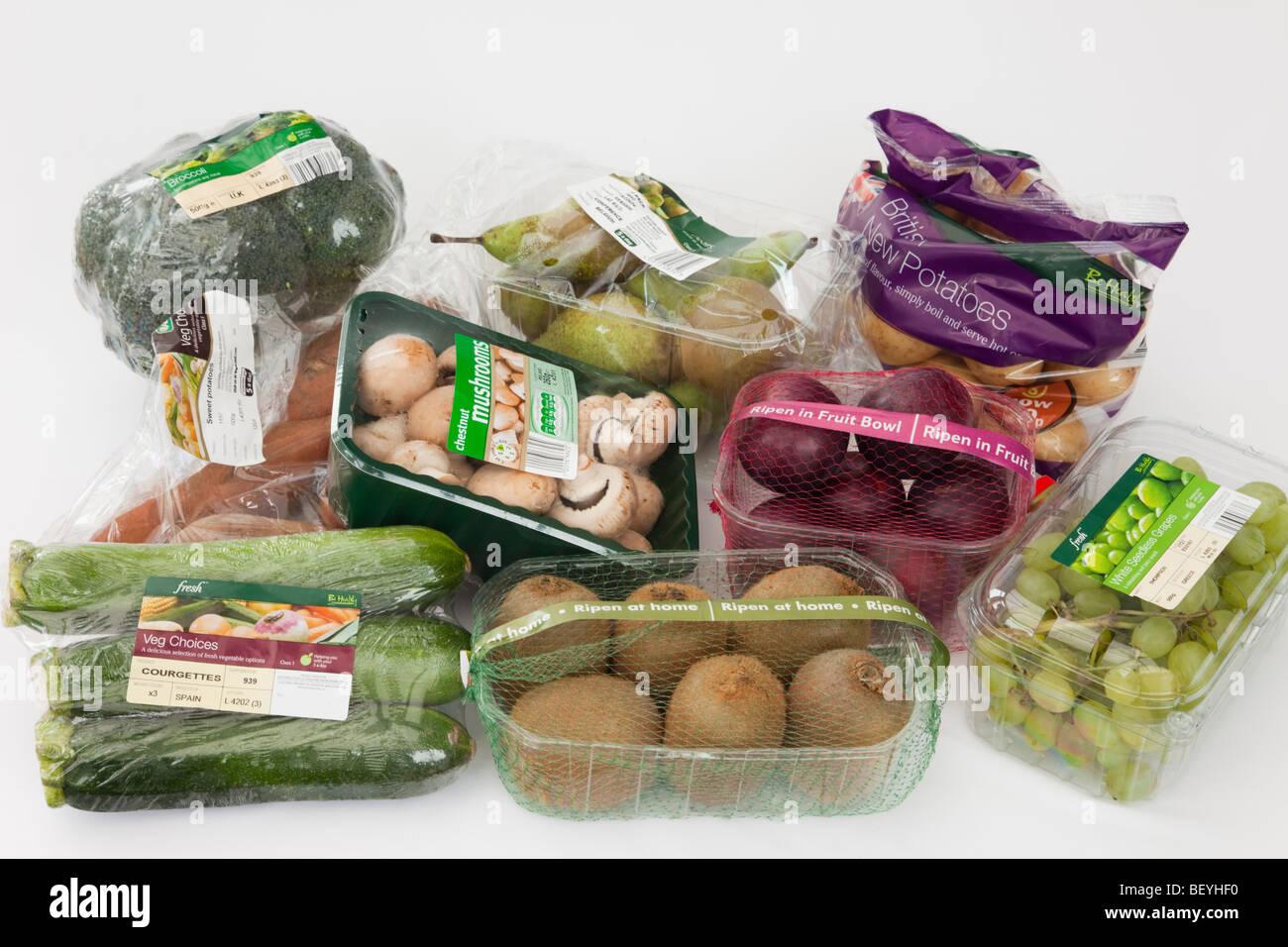 La Grande-Bretagne, Royaume-Uni, Europe. Sélection de fruits et légumes emballés dans des emballages Photo Stock
