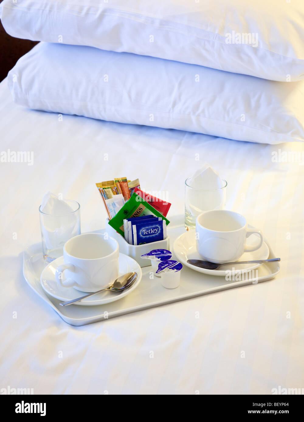 Plateau thé et café sur une chambre d'hôtel bed Photo Stock