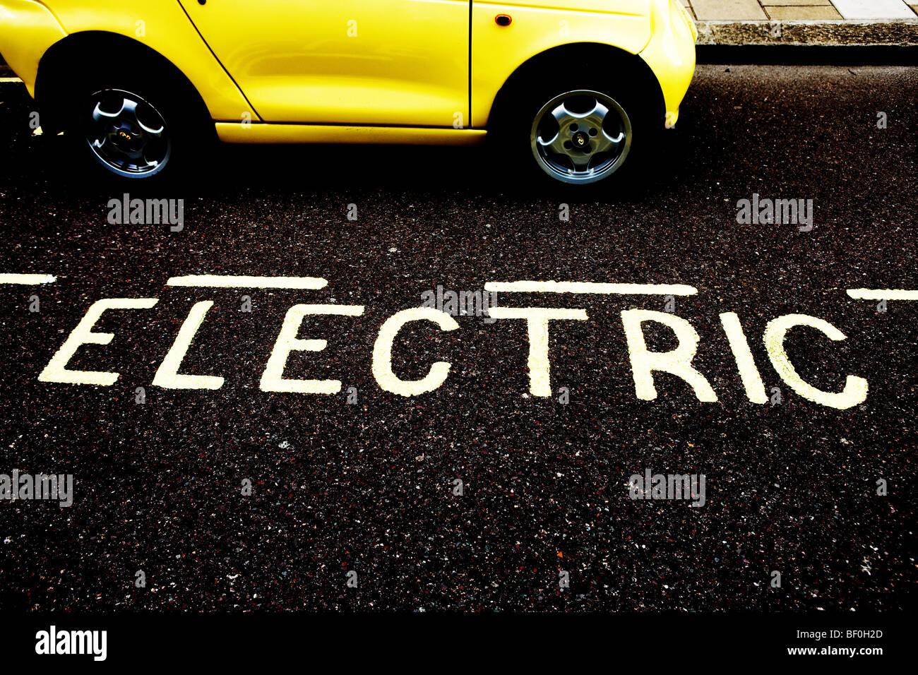 Les frais d'une voiture électrique à l'un de Westminster's 'point' de parking Photo Stock