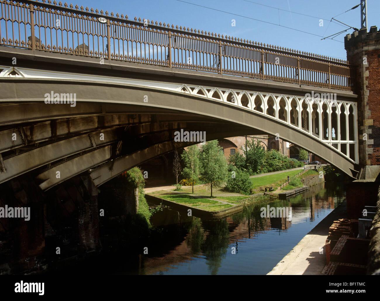 Royaume-uni, Angleterre, Manchester, Castlefields, pont de chemin de fer 94b sur la rivière Medlock Banque D'Images