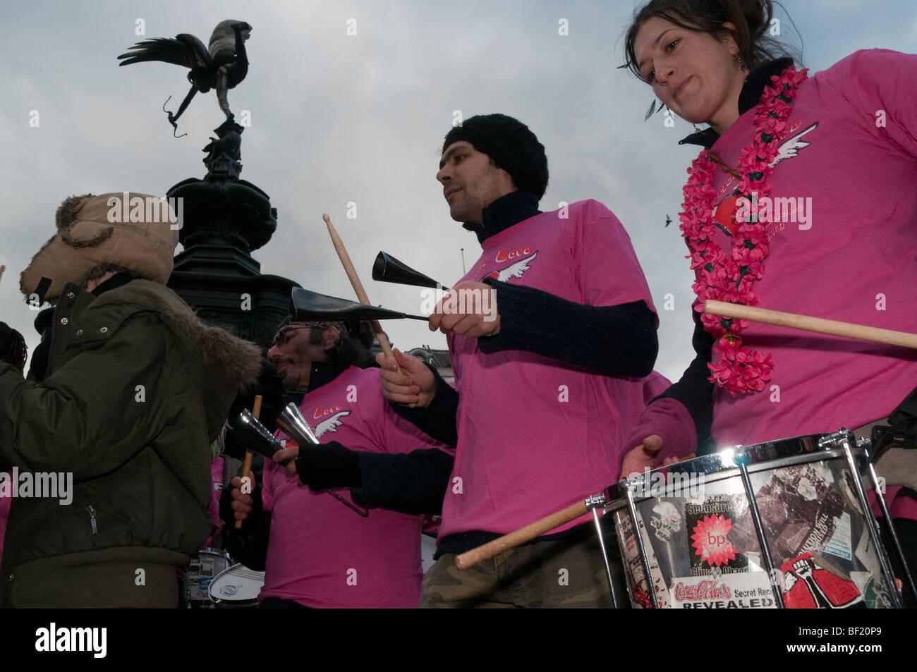 Récupérer l'amour Parti Valentines à Piccadilly Circus, célèbre l'amour contre le consumérisme. Rythmes de Resistance & Eros Banque D'Images
