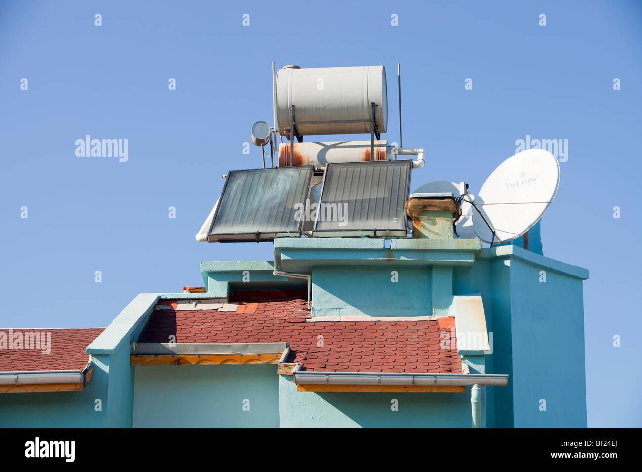 Chauffe-eau solaire sur les toits de maison Teos, Turquie. Photo Stock