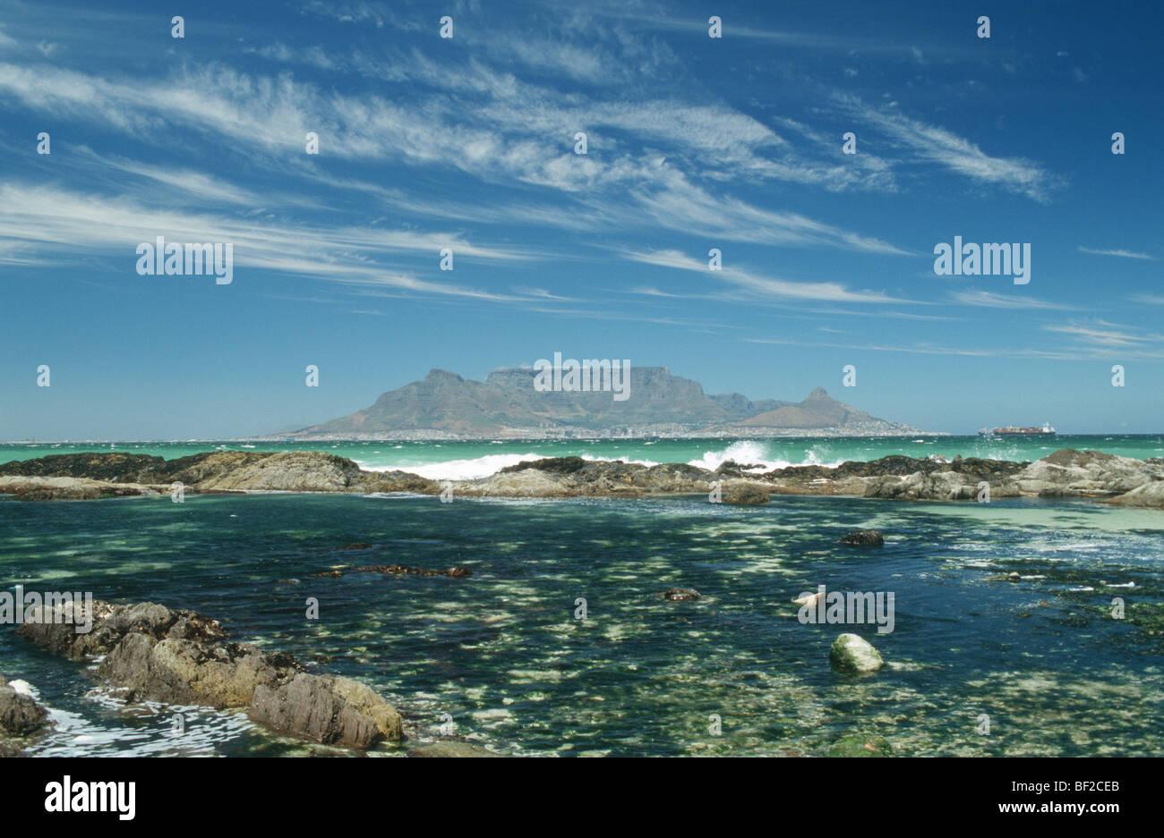 La montagne de la table sur la baie avec piscine dans les rochers en premier plan, Le Cap, Province de Western Cape, Photo Stock