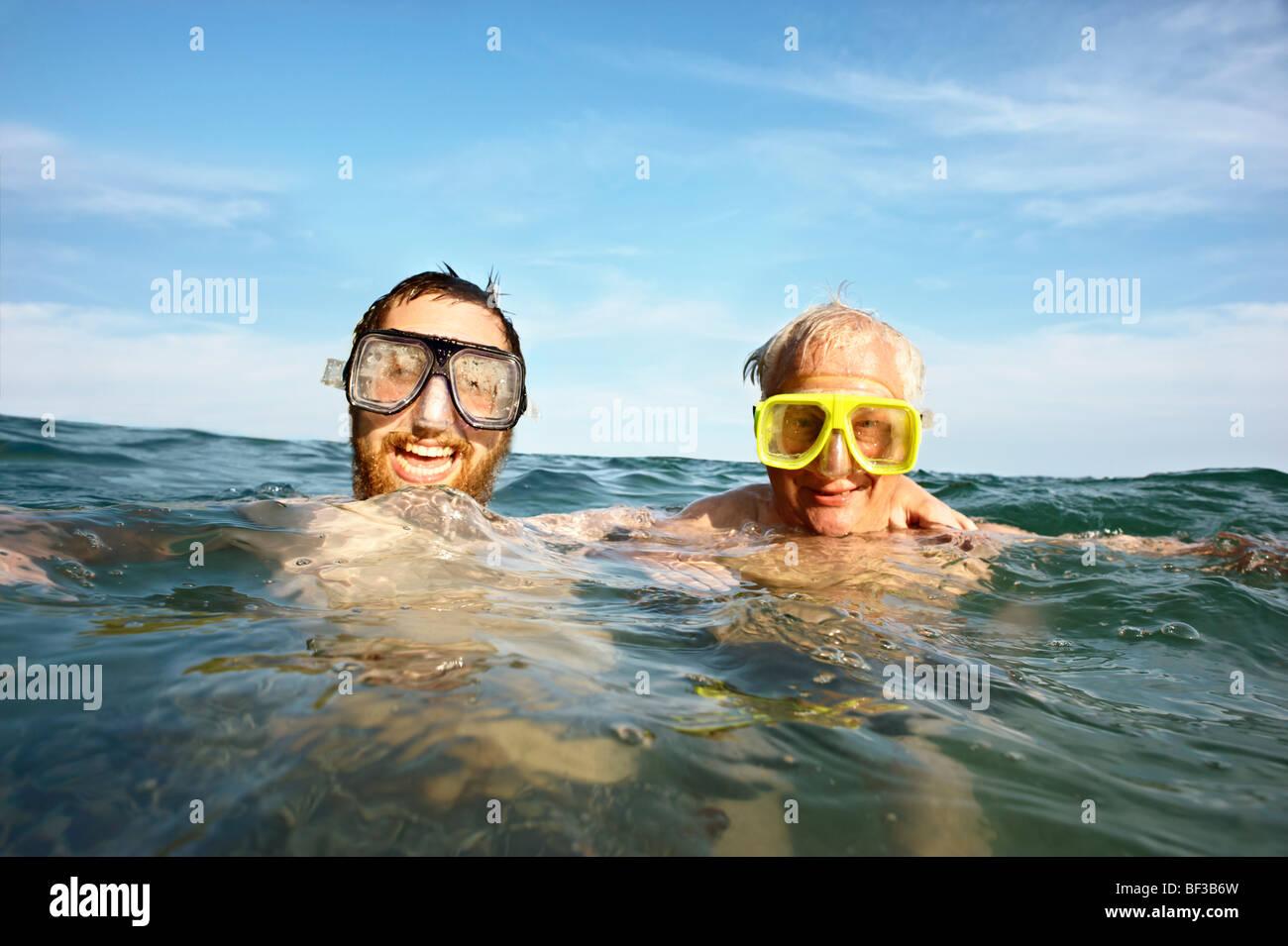Portrait de deux hommes natation en mer Photo Stock