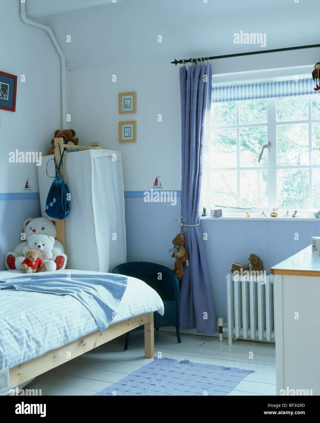 Rideau Bleu à Fenêtre Dans La Chambre De Lu0027enfant Avec Papier Peint Bleu Et  Dado Tente Armoire En Coin De La Chambre