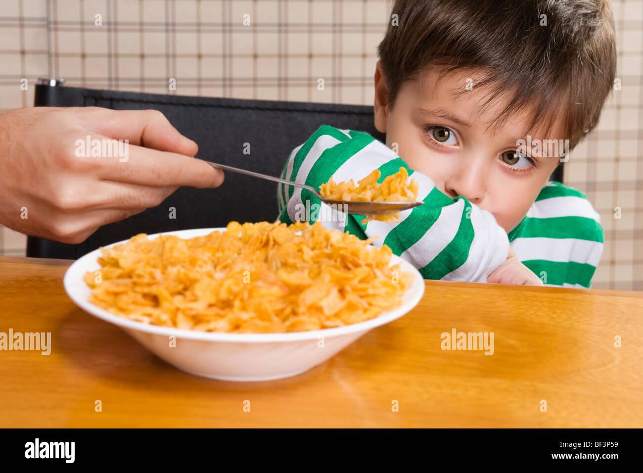 Close-up of a Boy refusant les flocons de maïs Photo Stock