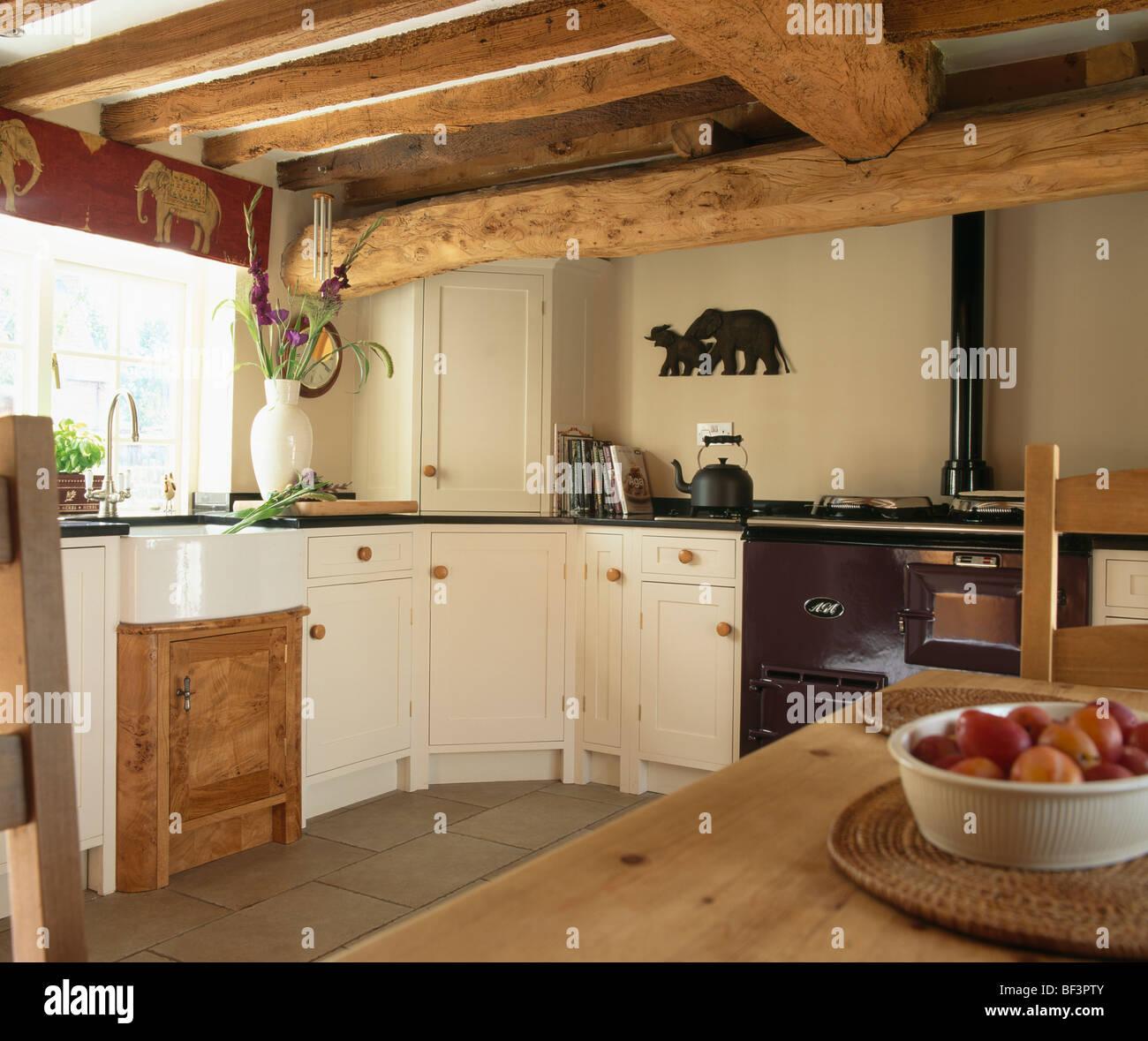 Plafond Avec Poutres Apparentes Dans Un Chalet Cuisine Avec Four Et