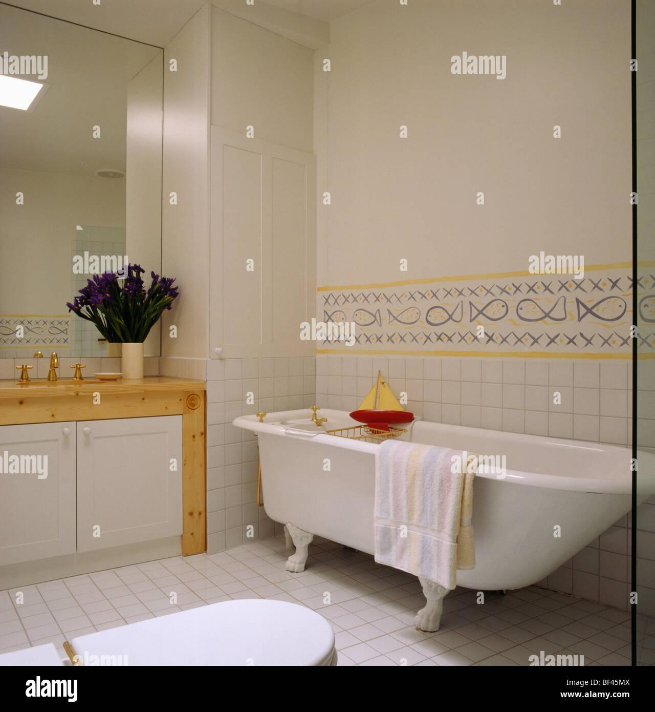 Une baignoire dans la salle de bains moderne avec sol carrelé jaune ...