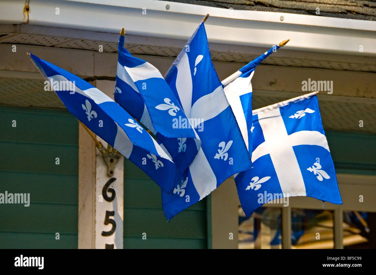 Drapeaux du Québec sur une maison dans le village de St Denis sur Richelieu Québec Canada Photo Stock