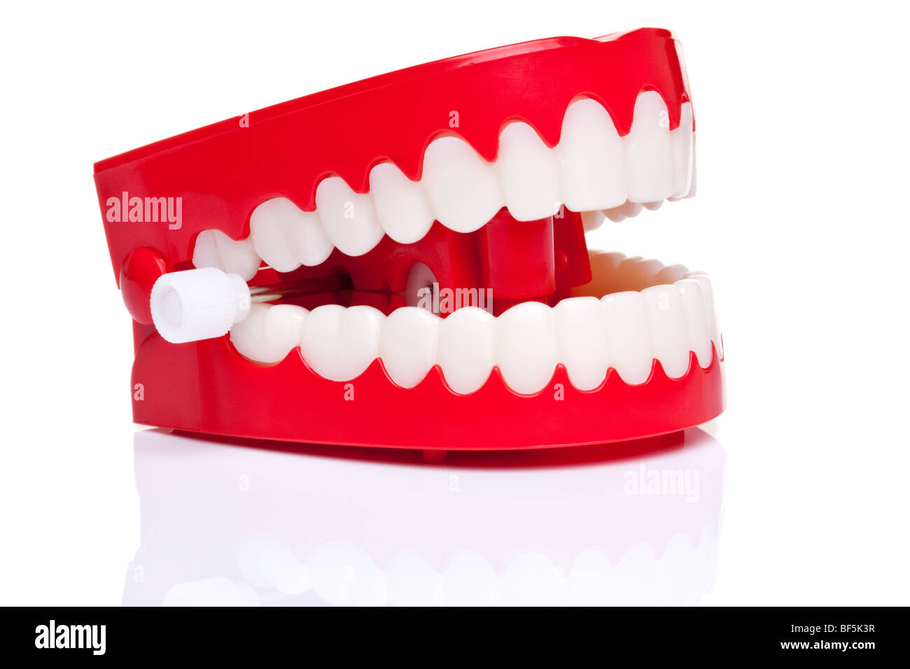 Une paire de dents de broutement liquidation blague sur un fond blanc, pur, photo haute résolution. Photo Stock