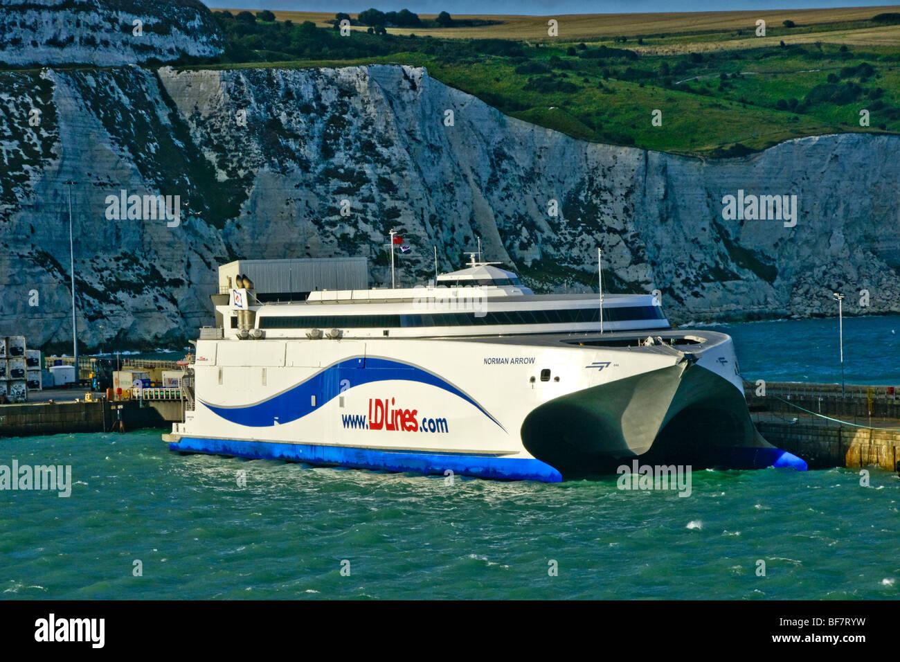 LD Lines Ferry rapide InCat catamaran Norman Arrow à Douvres. Ce métier de Portsmouth voiles maintenant Photo Stock
