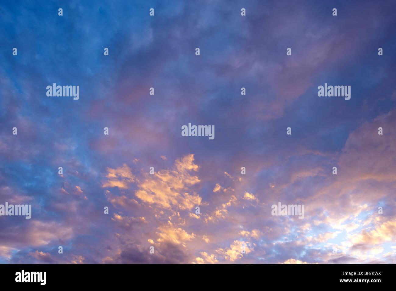 La tombée du ciel avec nuages Photo Stock