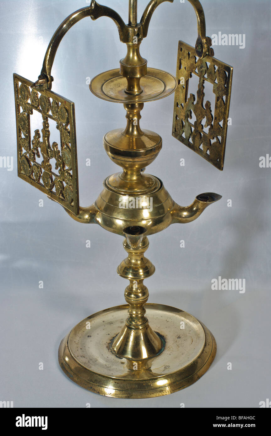 Lampe à huile antique laiton avec des tons en rotation Photo Stock