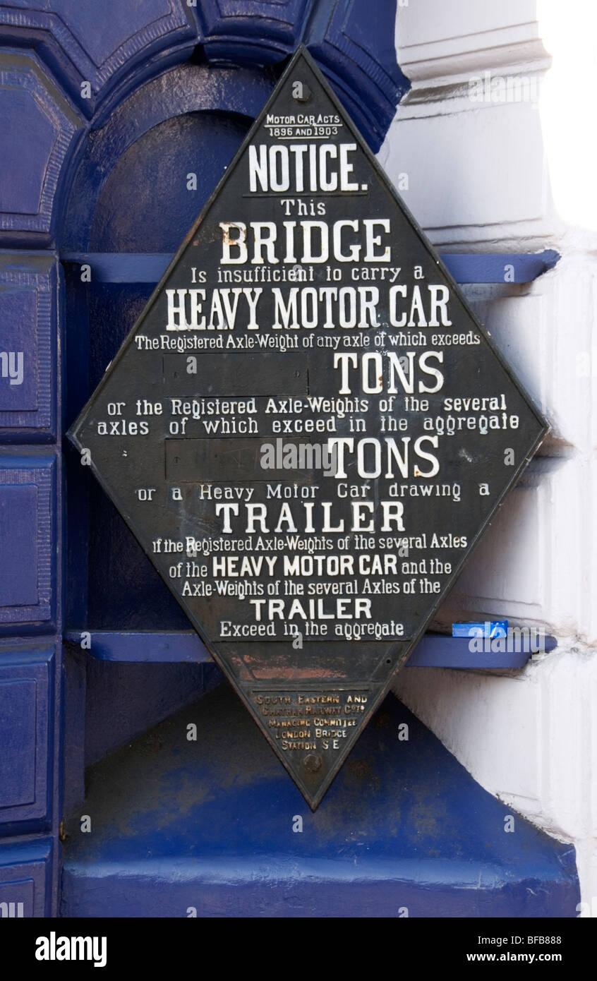 Un vieux signe de restriction de poids à Blackheath railway bridge, Londres Du Sud Photo Stock