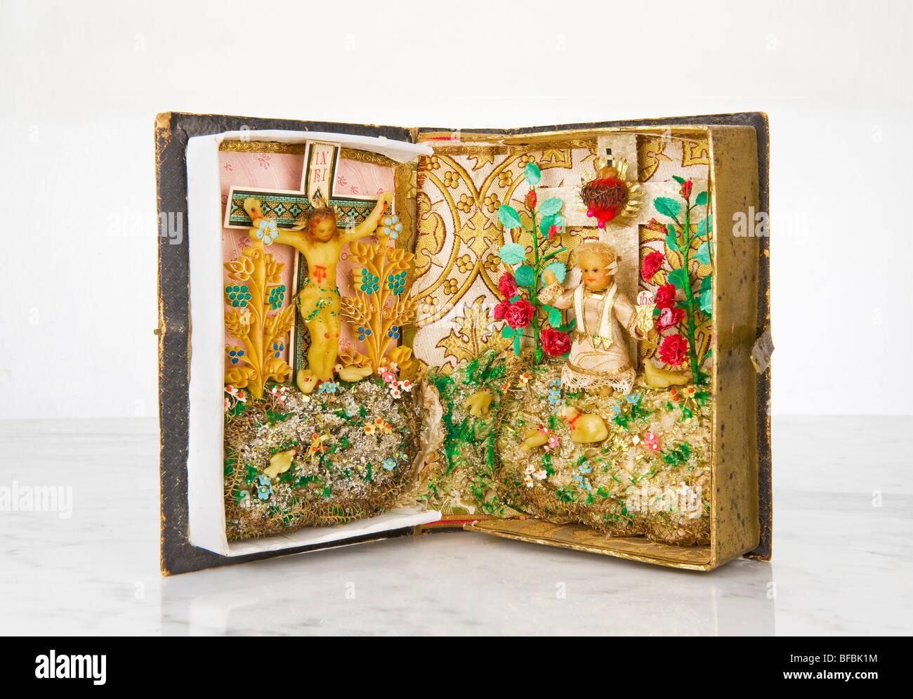 Autel dans un vieux livre de famille antiquité antique religion religieux dévotion dévotion piété Photo Stock