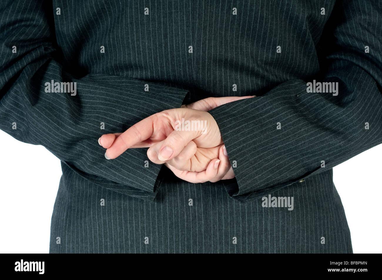 Femme d'affaires qui a des doigts croisés derrière retour Photo Stock