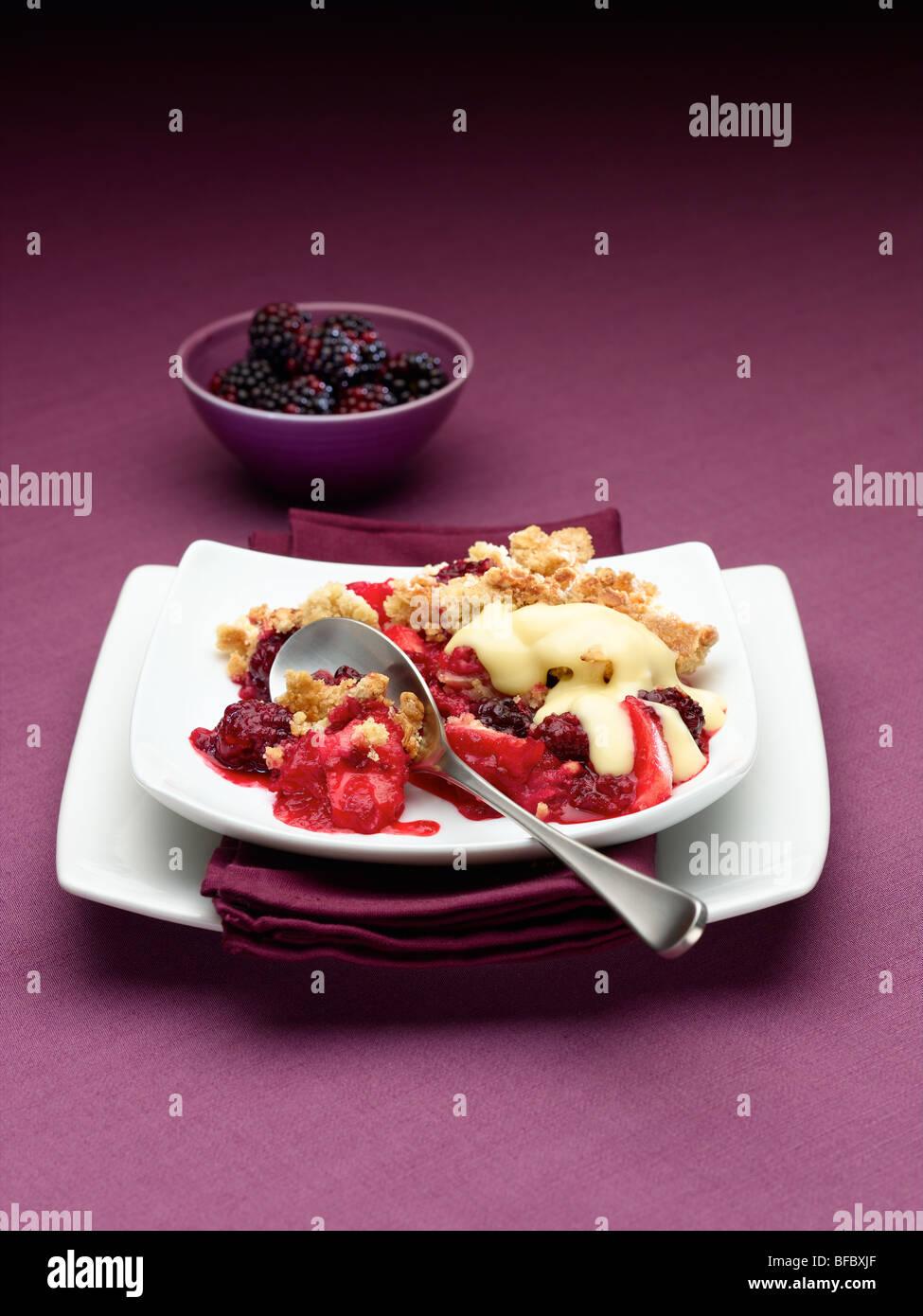 Crumble aux pommes et Blackberry Banque D'Images