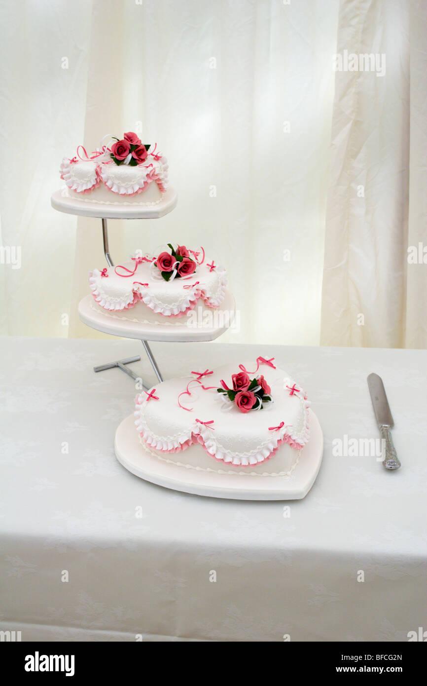 En Forme De Cœur à Trois Niveaux Gâteau De Mariage Et Le