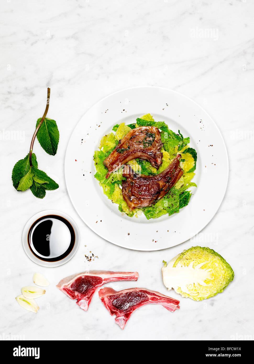 Côtelettes d'agneau et salade, un repas léger adapté pour la perte de poids, avec des ingrédients Banque D'Images