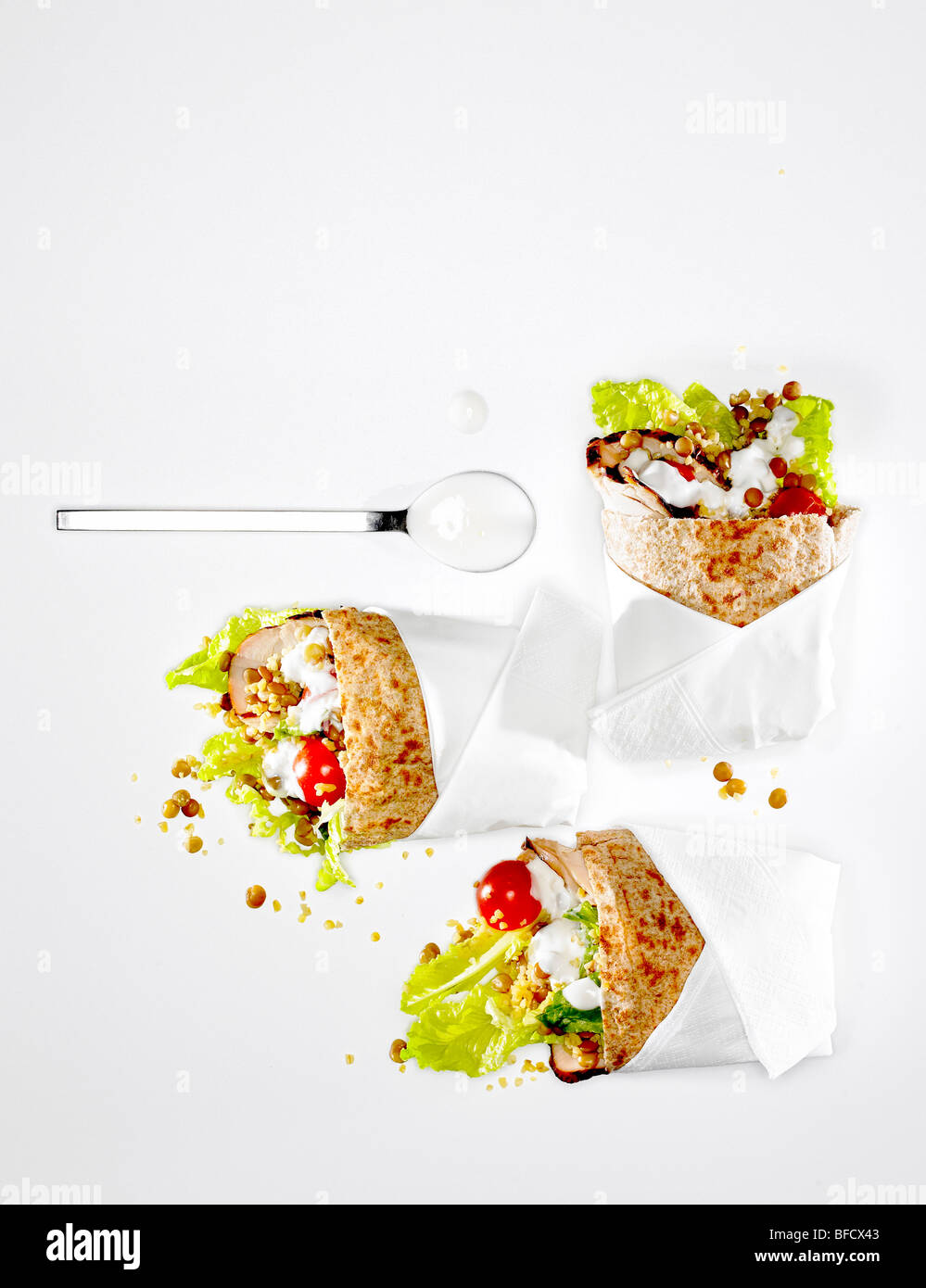 Enveloppe à sandwich, de pain pita rempli de salade et poulet. Banque D'Images