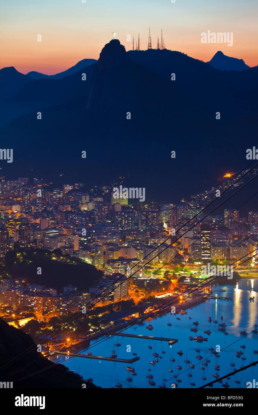 Vues de la nuit de Rio de Janeiro au Brésil, du Pain de Sucre Photo Stock